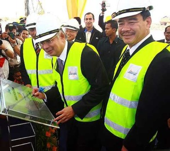 Landmark project: Najib signing a plaque at the ceremony in Sepang yesterday. With him are (from right) Kong, Malaysia Airports Berhad managing director Tan Sri Bashir Ahmad and chairman Tan Sri Datuk Dr Aris Othman.