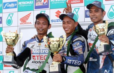 Podium finish: CP130 winner Mohd Affendiu Rosli (centre) flanked by