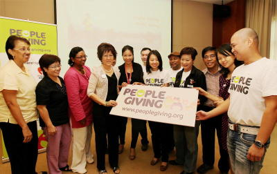 <b>Extending help:</b> Villanueva (fifth from left) joining Teoh (sixth from right), the team from PeopleGiving and its charity partners at the launch of PeopleGiving at Menara Star in Petaling Jaya.