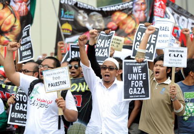 Shout for peace: Protesters marching towards the US Embassy at Jalan Tun Razak in Kuala Lumpur. —