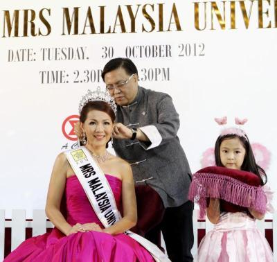 A true beauty: Liu crowning Lee while her daughter Klarissa Lee looks on.