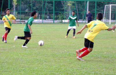 President cup players (yellow jersey) playing a friendly match at the Anak Bukit Istana ground in preparation for the 2013 tournament.