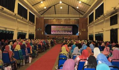 Important message: Dr Robia (on stage, left) giving her speech on family safety in Tangkak.