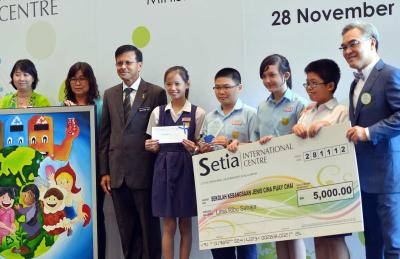Talented: Nong Chik (third from left) posing with winners of a Eco Mural painting competition. SP Setia Bhd president and