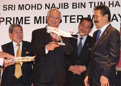 <B>Sleek and stylish:</B> Najib receiving a model of a Malindo aircraft from Rusdi (right) while Transport Minister Datuk Seri Kong Cho Ha (second from right) and Ahmad look on.