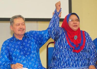 <b>Full support:</b> Mohamad Aziz holding Azizah's hand during a meet Barisan Nasional members session at the Parit Raja community hall.