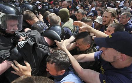 Riot police attempt to prevent supporters of the Ukrainian opposition from attacking supporters of President Viktor Yanukovich and the pro-presidential Party of the Regions during a rally in Kiev May 18, 2013. REUTERS/Alexander Perevoznik