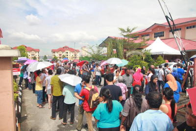 People queing up to collect their BR1M vouchers. Under BR1M, an applicant would be required to file, not quite a tax return, but a simplified claim form to the tax authorities.
