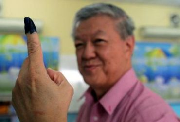MCA President Datuk Seri Chua Soi lek shows the indelible ink that was marked on his finger after casting his vote at Dwaning kindergarten in Batu Pahat.