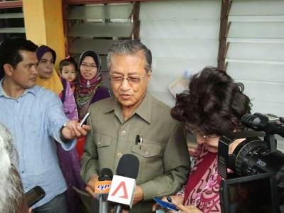 Tun Dr Mahathir speaking to reporters after casting his vote at SK Titi Gajah in the Anak Bukit state and Kuala Kedah.