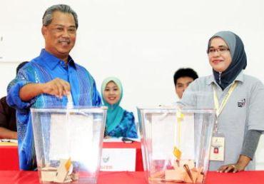 Tan Sri Muhyiddin Yassin casting his vote at  Sekolah Menengah Kebangsaan Sri Muar.