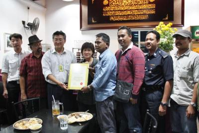 Saying thank you: Chang (third from left) presenting a certificate of appreciation to representatives from the Bandar Puteri Puchong and Puchong Jaya police stations, and Serdang district police station.