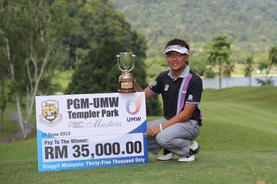 <b>Moment to cherish:</b> Nicholas Fung posing with the trophy and mock cheque after winning the Asian Development Tour (ADT) title at the PGM-UMW Templer